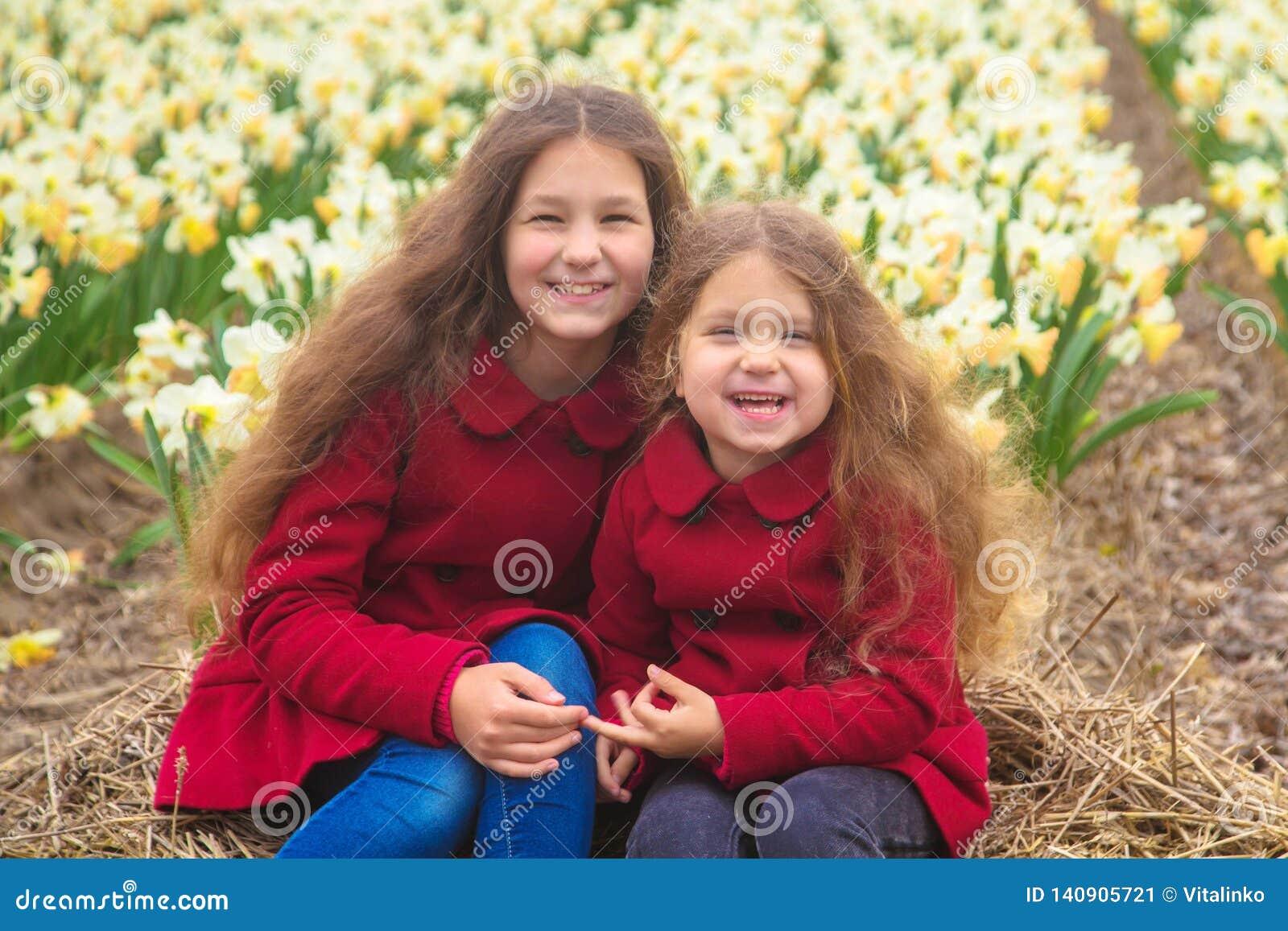 День весны солнечный, первые цветки и счастливые дети