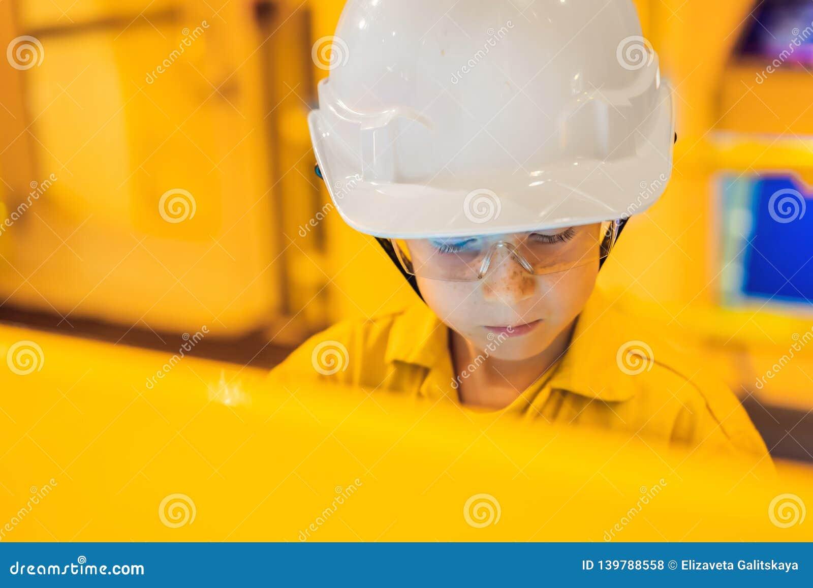 Деятельность записи оператора мальчика процесса нефти и газ на масле и заводе снаряжения, оффшорной нефтяной промышленности нефти