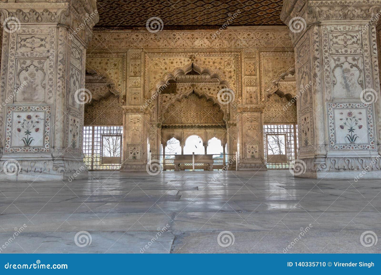 Детали сложного резного изображения вокруг звенели Mahal внутри красного форта в Дели, Индии