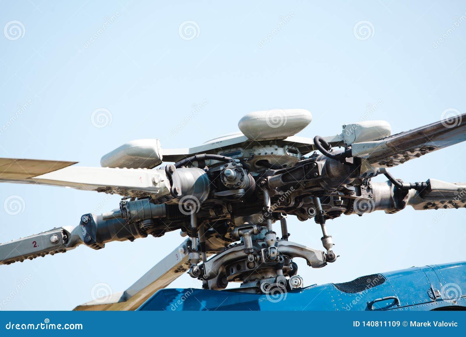 Детальный взгляд на роторах и лезвиях двигателя вертолета - гидравлического