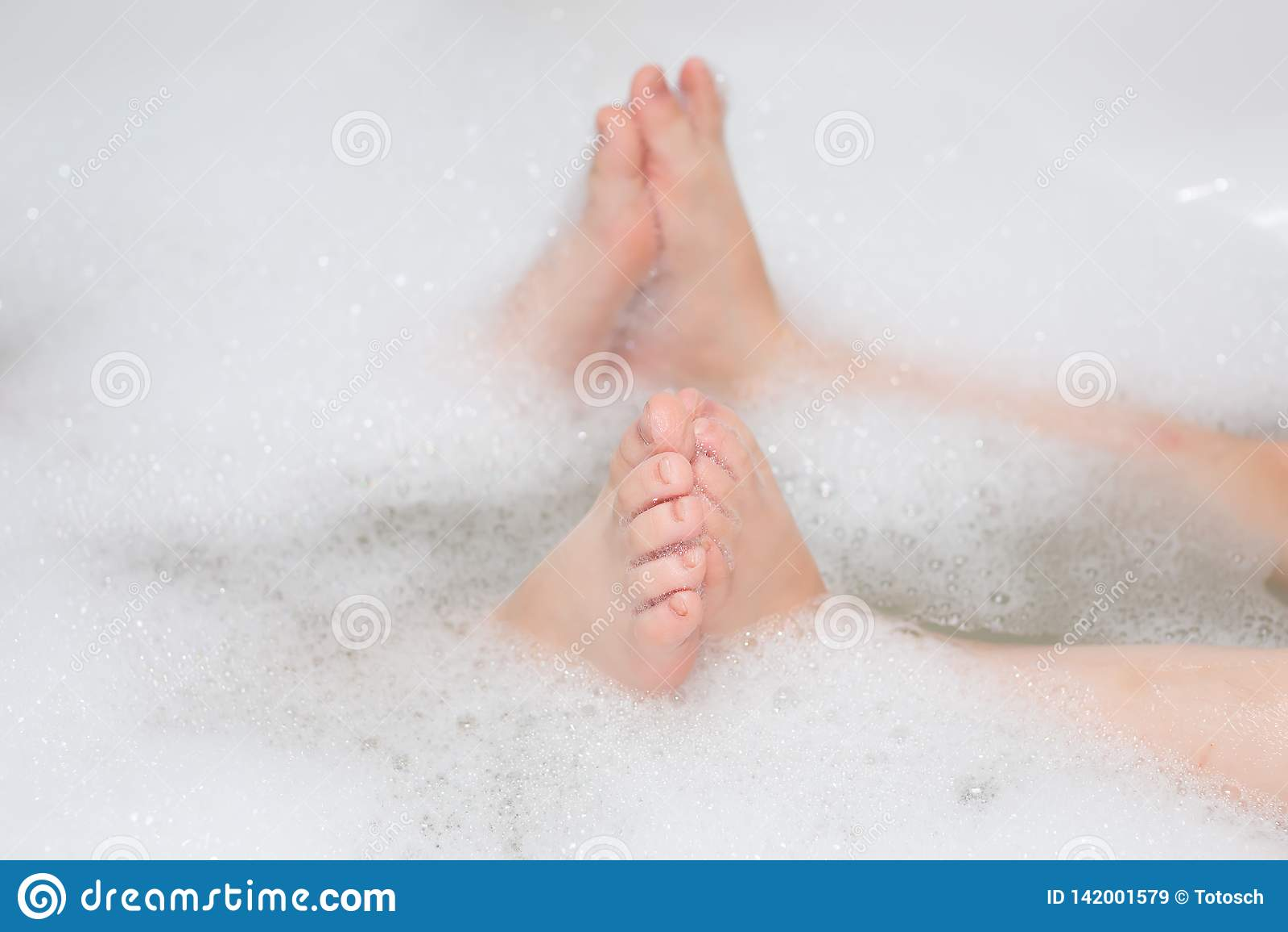 Дети имея жемчужную ванну Селективный фокус