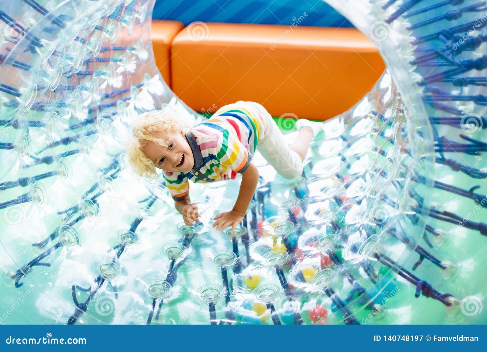 Детская игра в колесе ролика ягнит trampoline