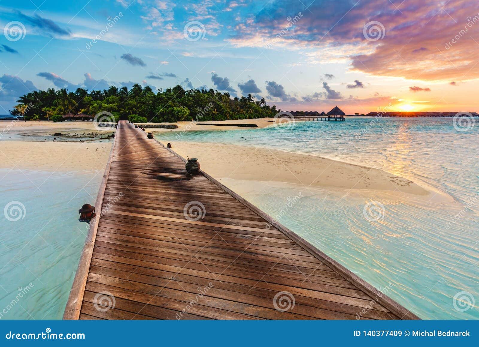 Деревянная мола на голубом море