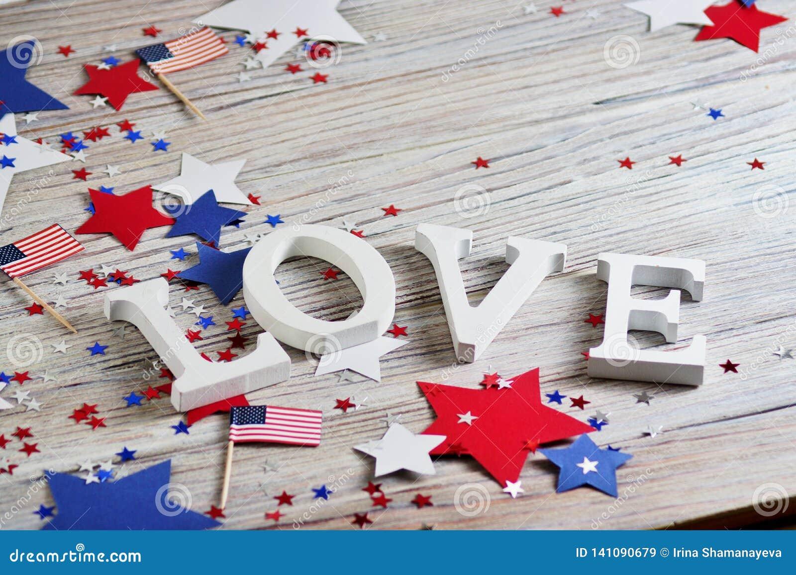 Деревянные письма положены вне в любовь слова, 4-ое июля, счастливый День независимости, патриотизм, память ветеранов, концепцию