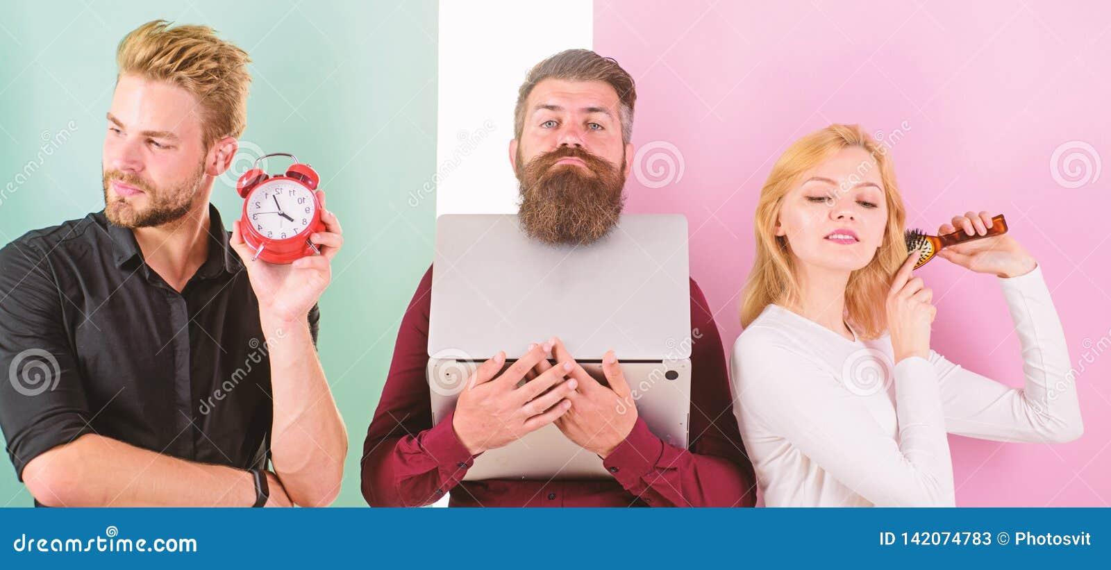Дисциплина и время Некоторые людей всегда бегут поздно Почему женщины всегда последние Волосы девушки чистя щеткой пока люди рабо