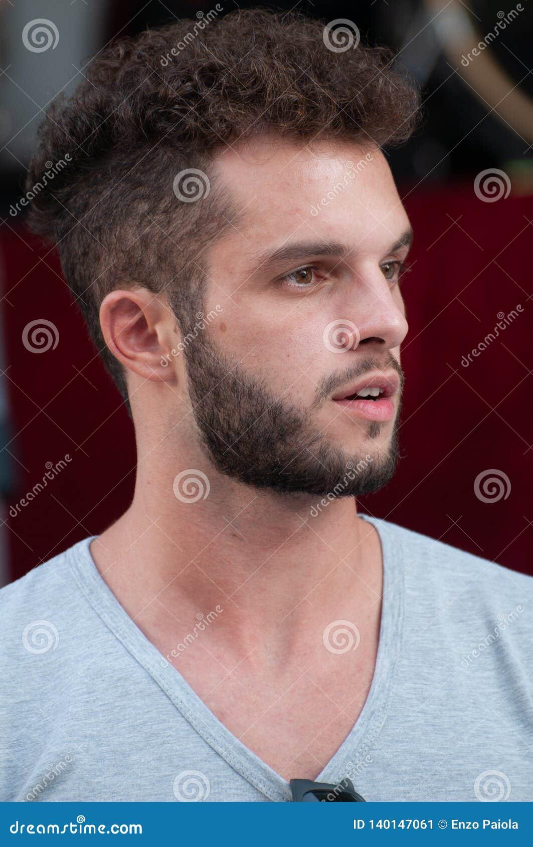 длинной с Полу портрет мальчика с серой футболкой с бородой, semi открытый рот