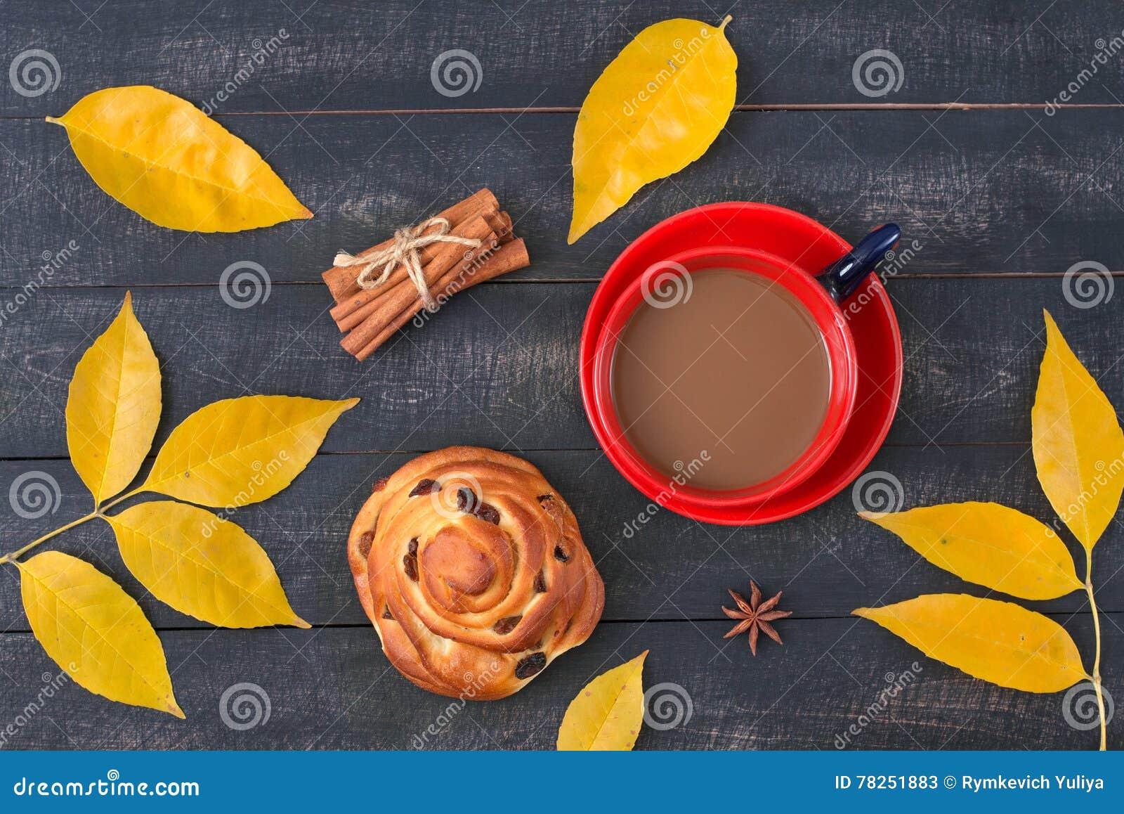 Ð ¡ επάνω του καφέ και ενός κουλουριού κανέλας με μεταξύ του φθινοπώρου φεύγει