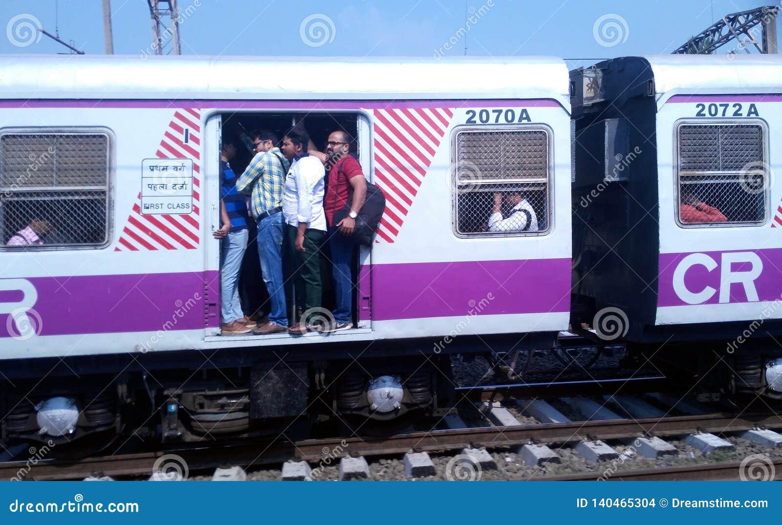 Доступное Мумбай местное для богачей и бедных