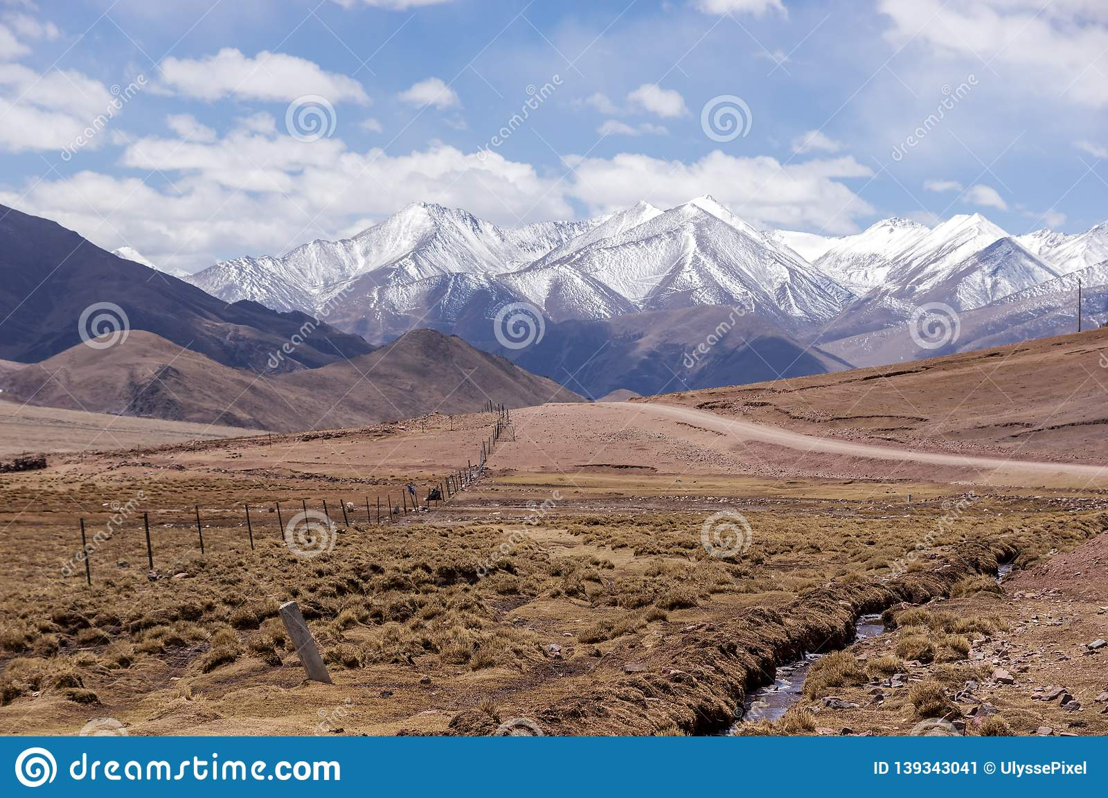 Дорога горы грязи в Тибете