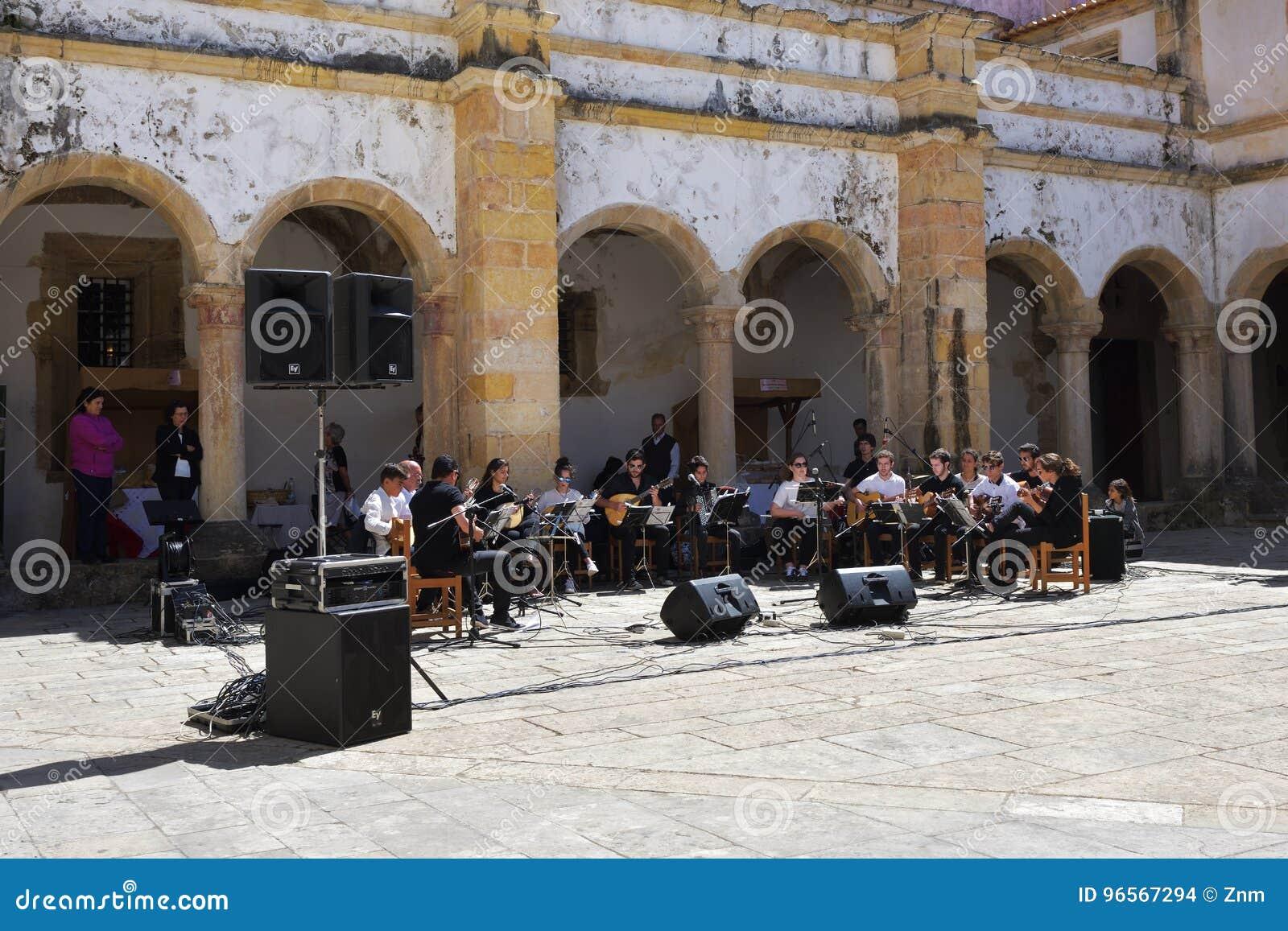 Faro portugal augustus 2018 muziekband messing draad orkest voert.