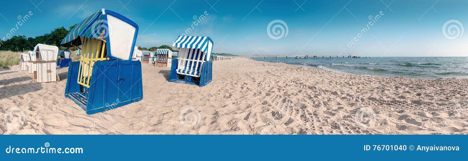 Тraditional trästrandstolar på kusten av Östersjön