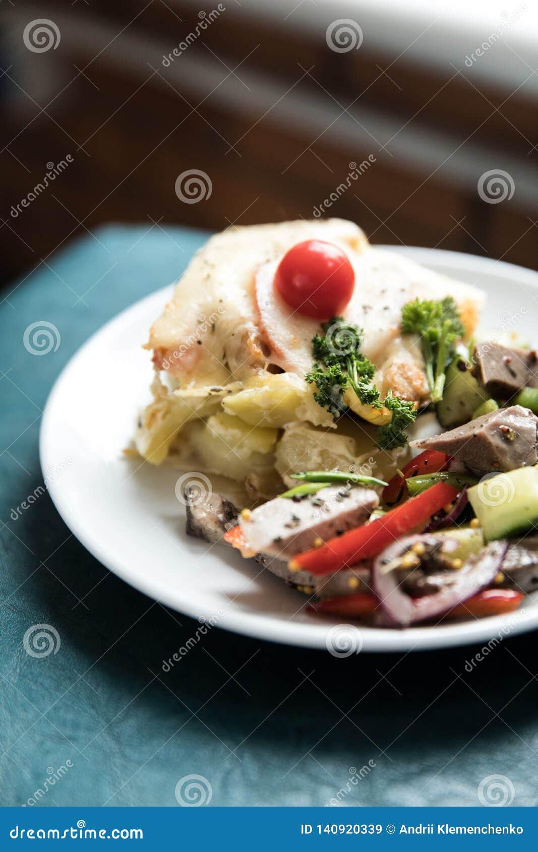 Салат со сваренными овощами с мясом Деревянная предпосылка Взгляд сверху