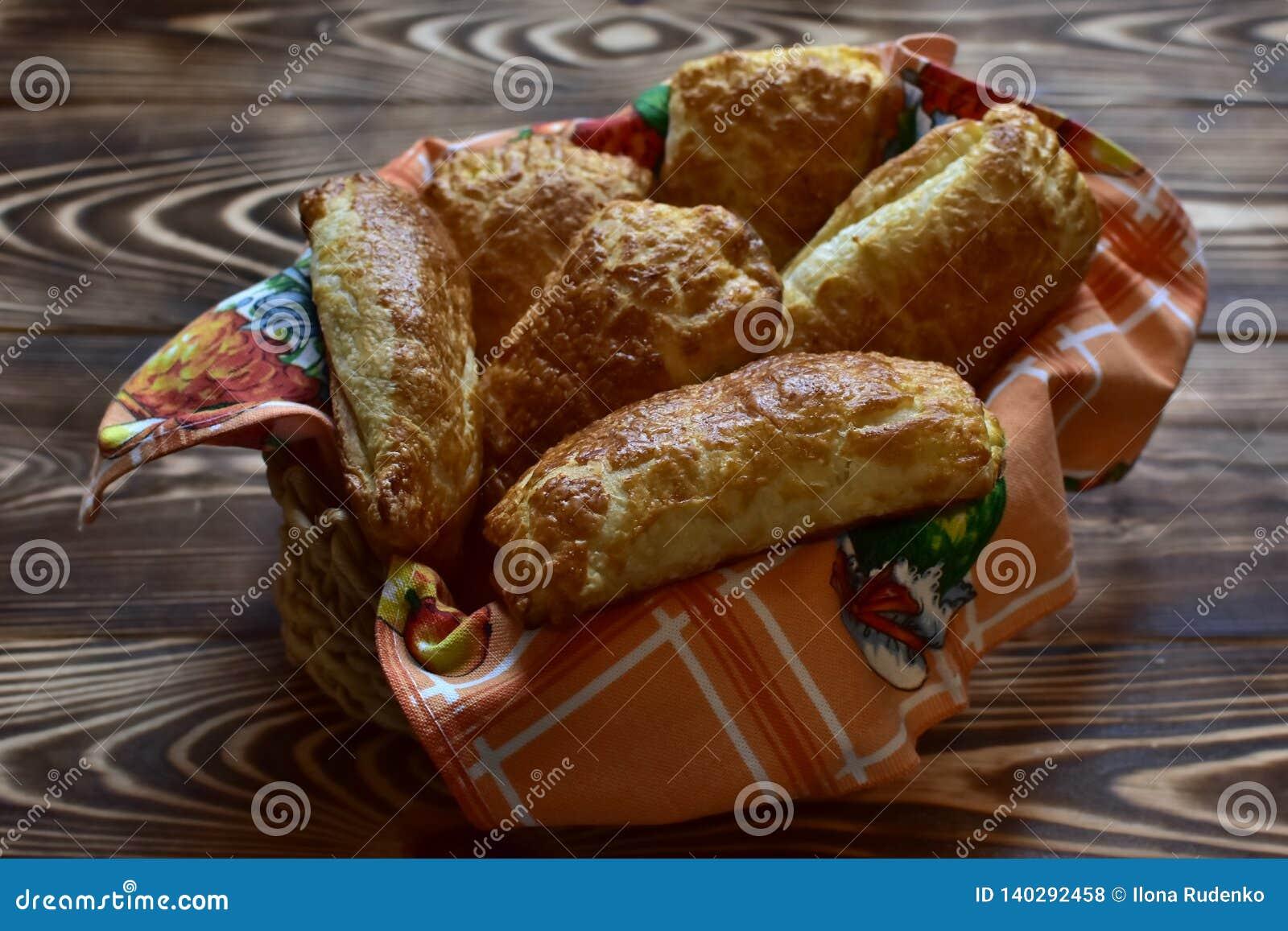 Свежий дом сделал вкусное печенье в плите на темной деревянной естественной таблице