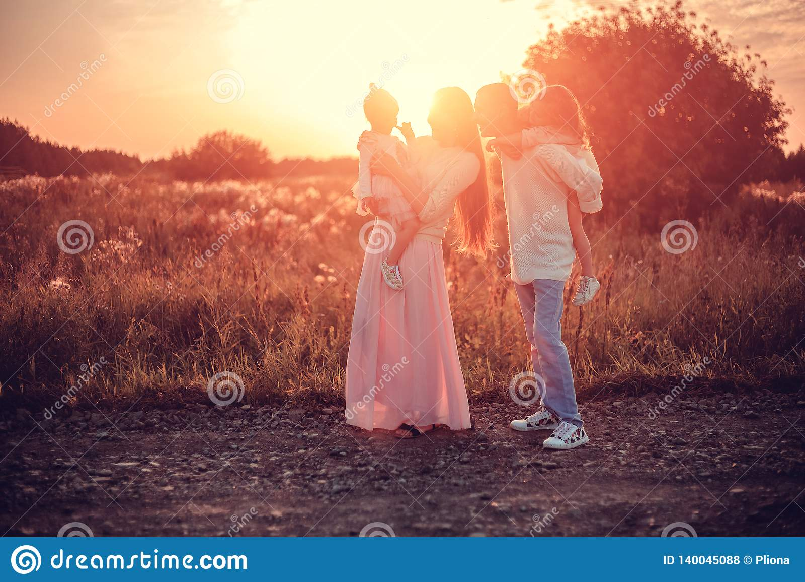 Семья с детьми на заходе солнца