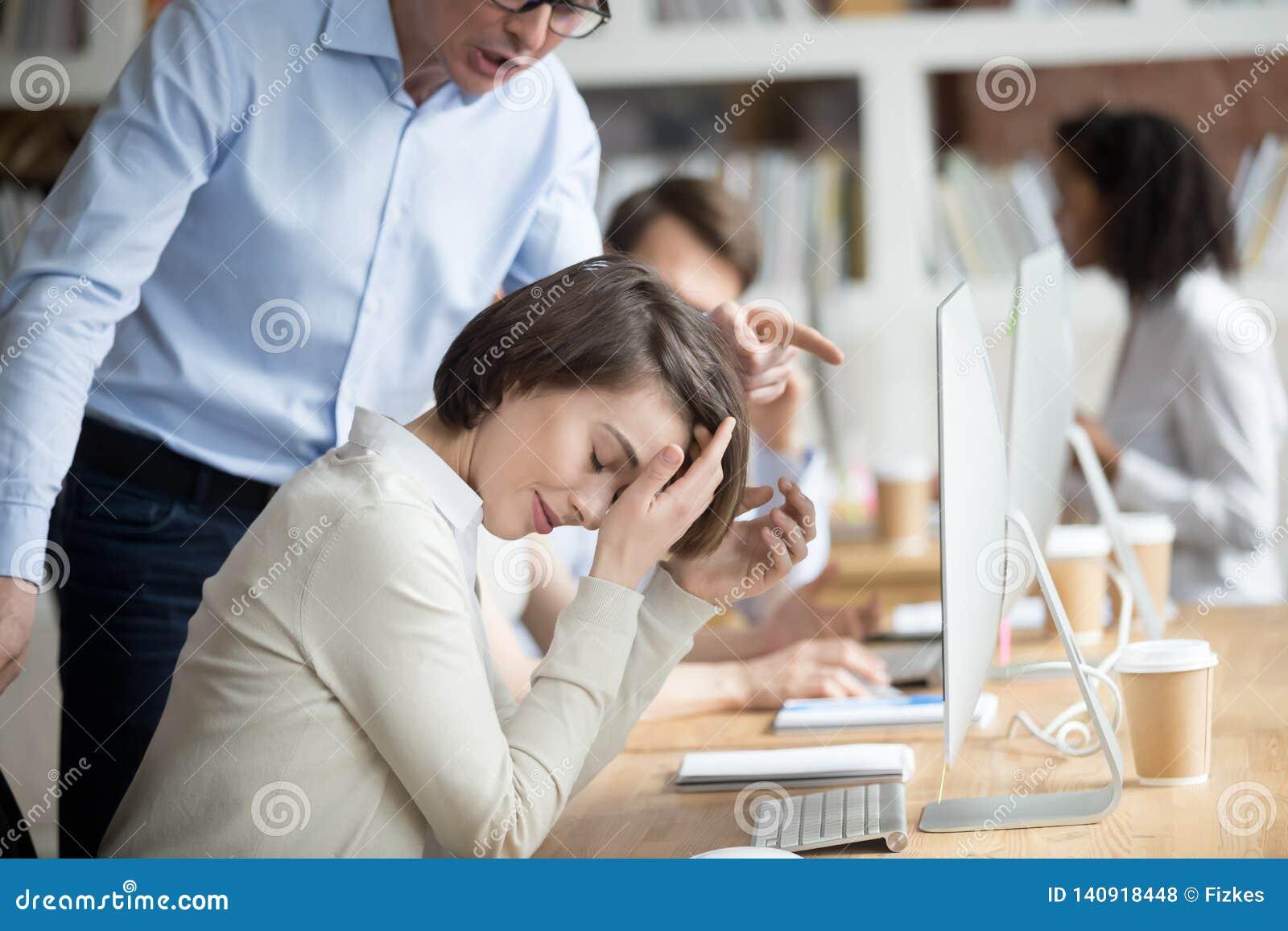 Сердитый раздражанный CEO (главный исполнительный директор) компании делая выговор женщина работника