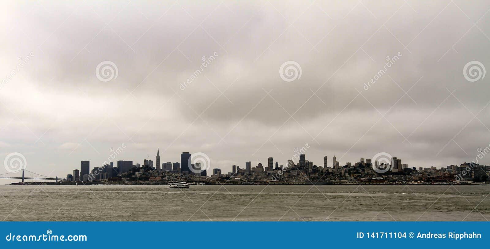 Силуэт Сан-Франциско на горизонте