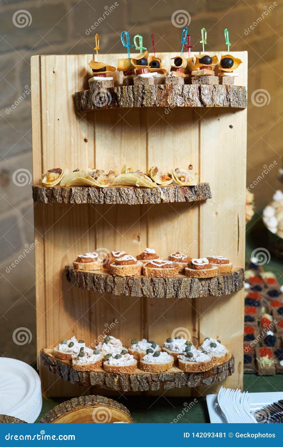 Сладкая закуска tartlet с грецким орехом и медом, концом-вверх Еда ресторанного обслуживании шведского стола