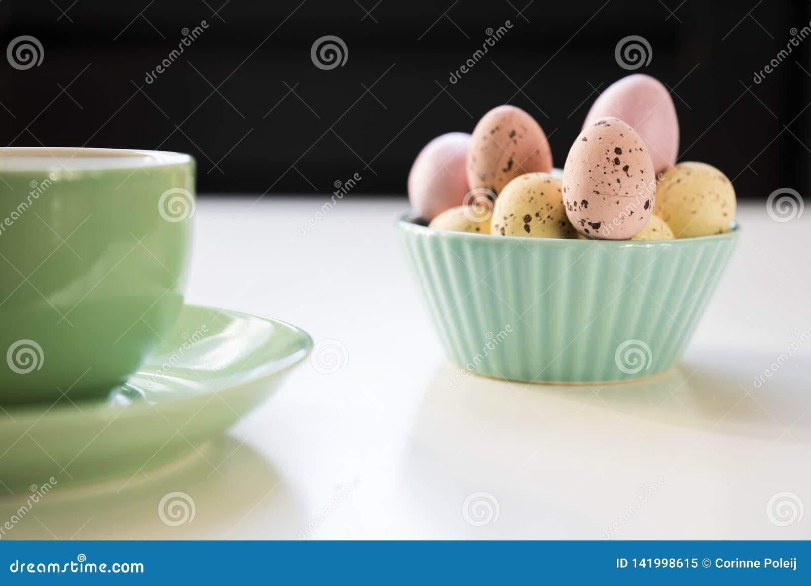 Сладкие пасхальные яйца конфеты в зеленом шаре