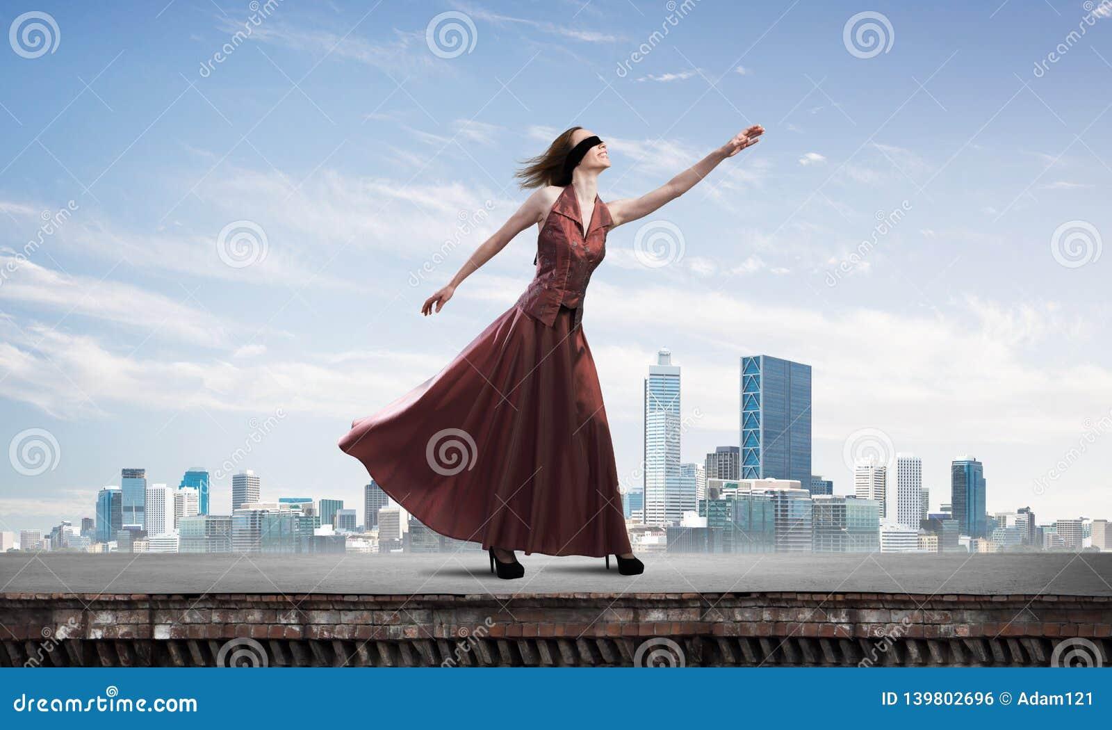 Слепая женщина в длинном красном платье наверху здания Мультимедиа