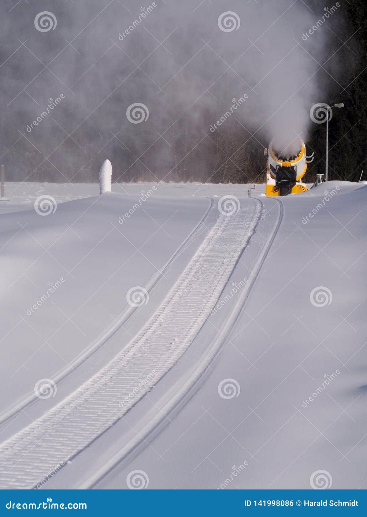 Следы снегохода в древнем снеге водя к карамболю снега