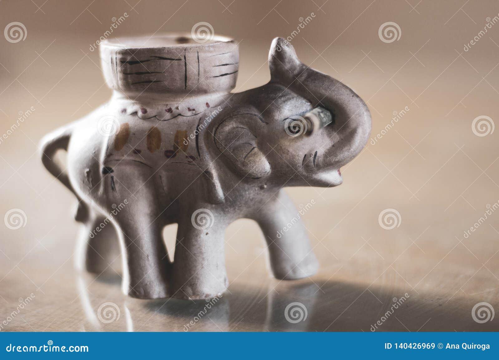 Слон удачи с долларом в его хоботе
