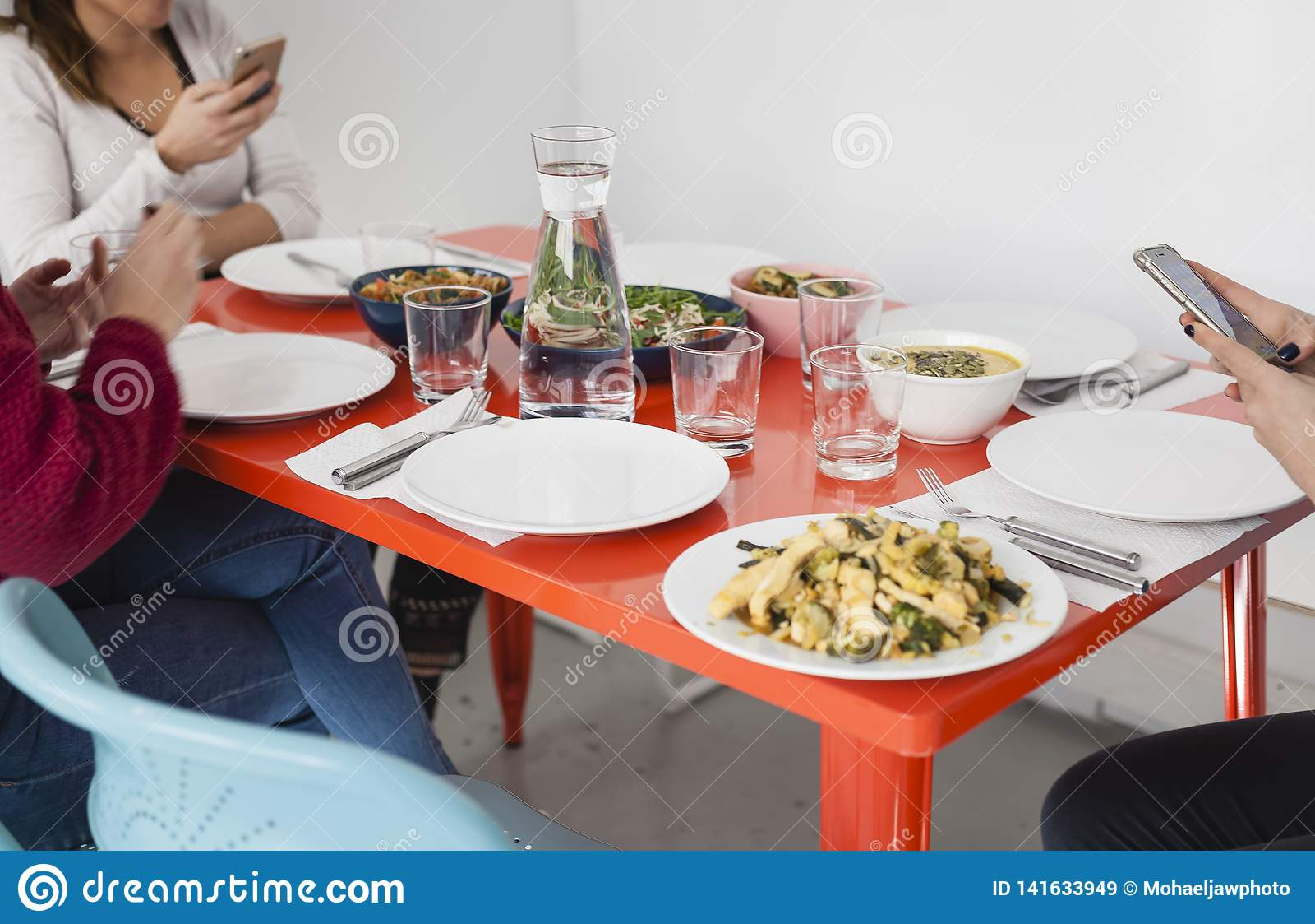 Смартфон использующ на обеденном столе