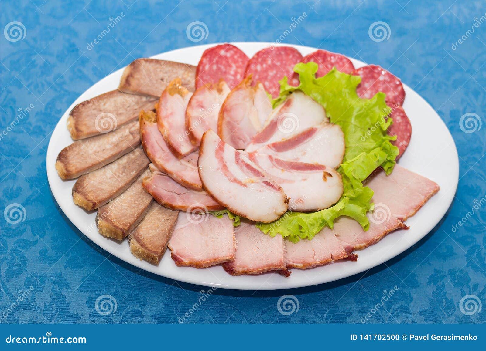 Смесь отрезанных мяса, сосиски и ветчины
