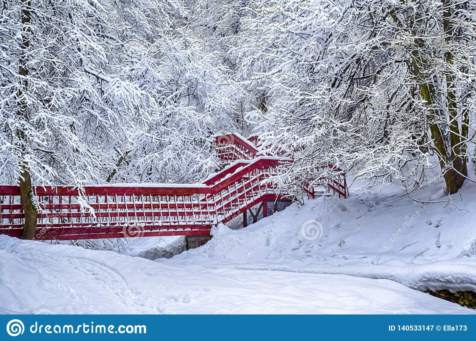 Снег леса ландшафта снега зимы сиротливого красного моста драматический на фото hdr виньетирования ветвей