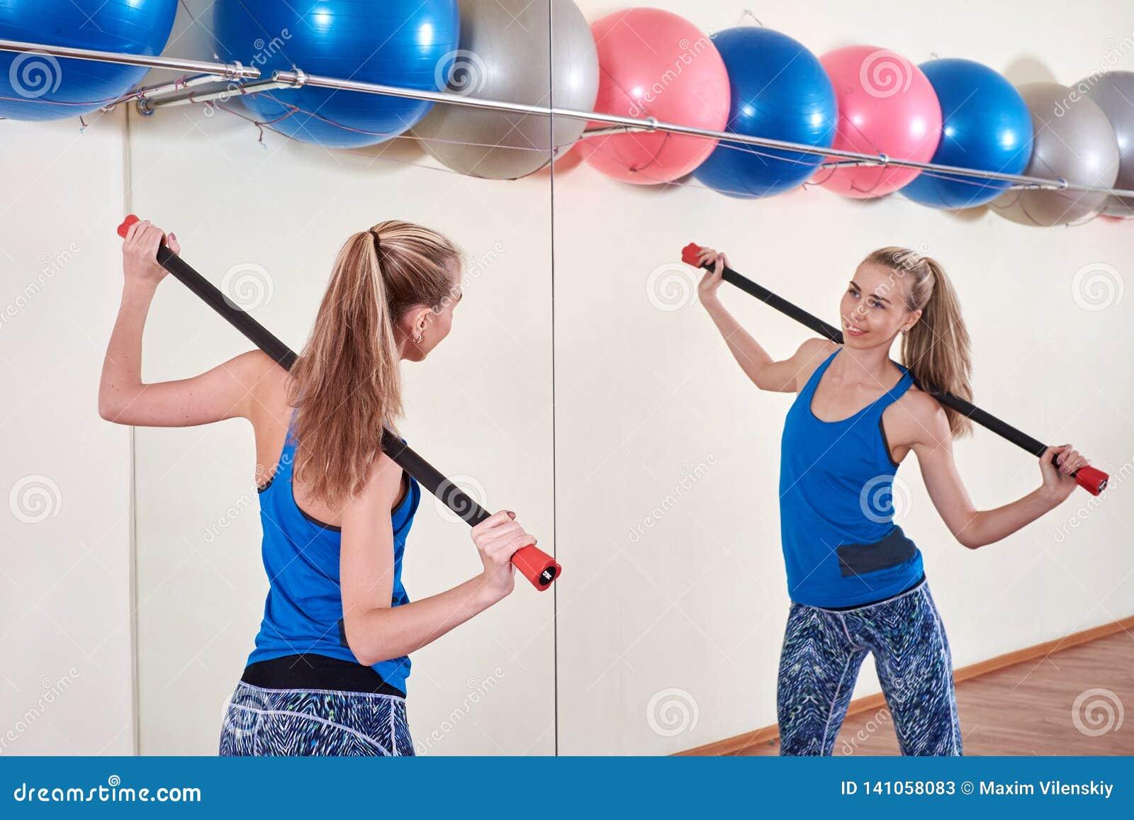 Спортсменка делая тренировку спорта Концепция заботы здоровья и тела