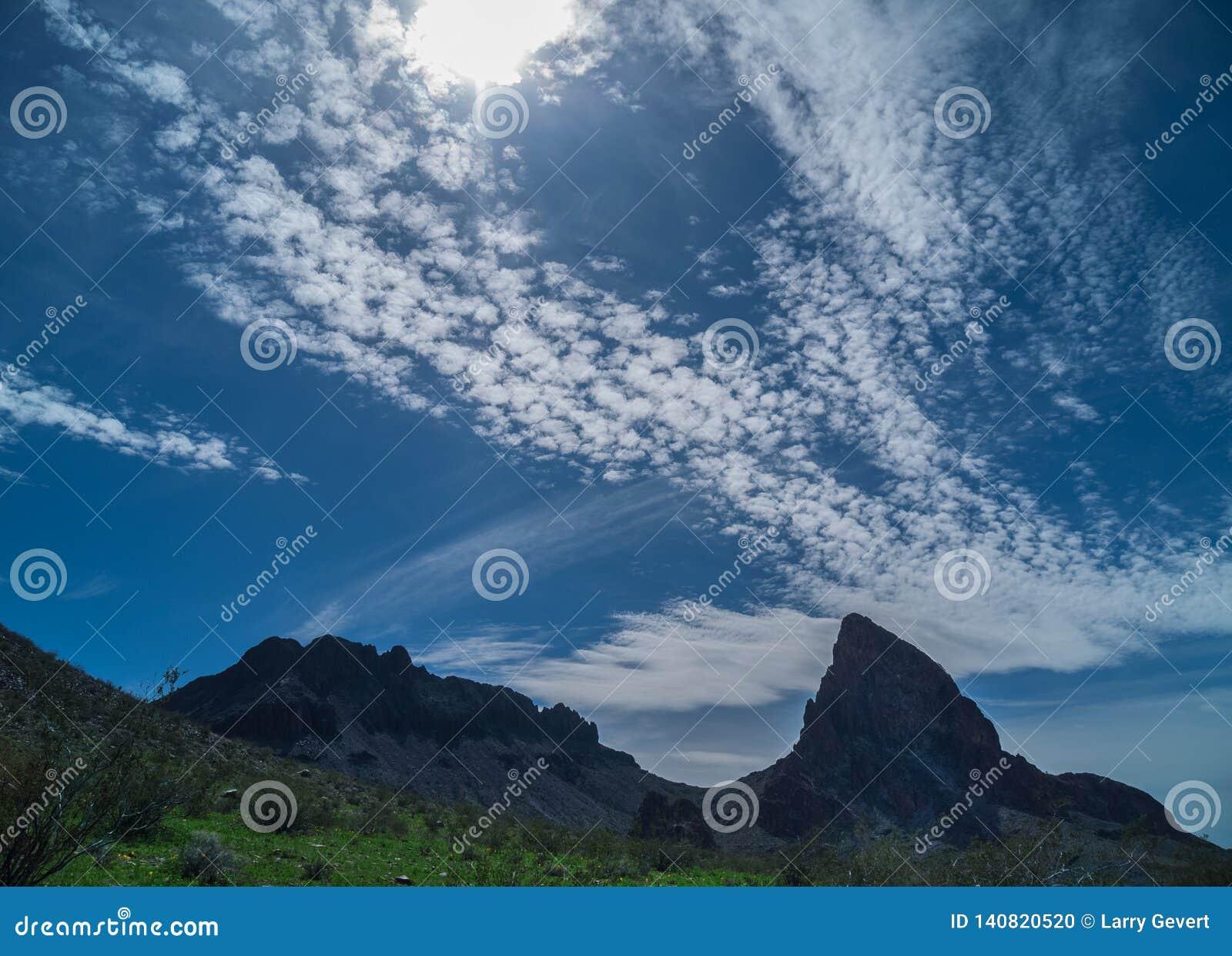Сюрреалистические облака вдоль черных гор в Аризоне