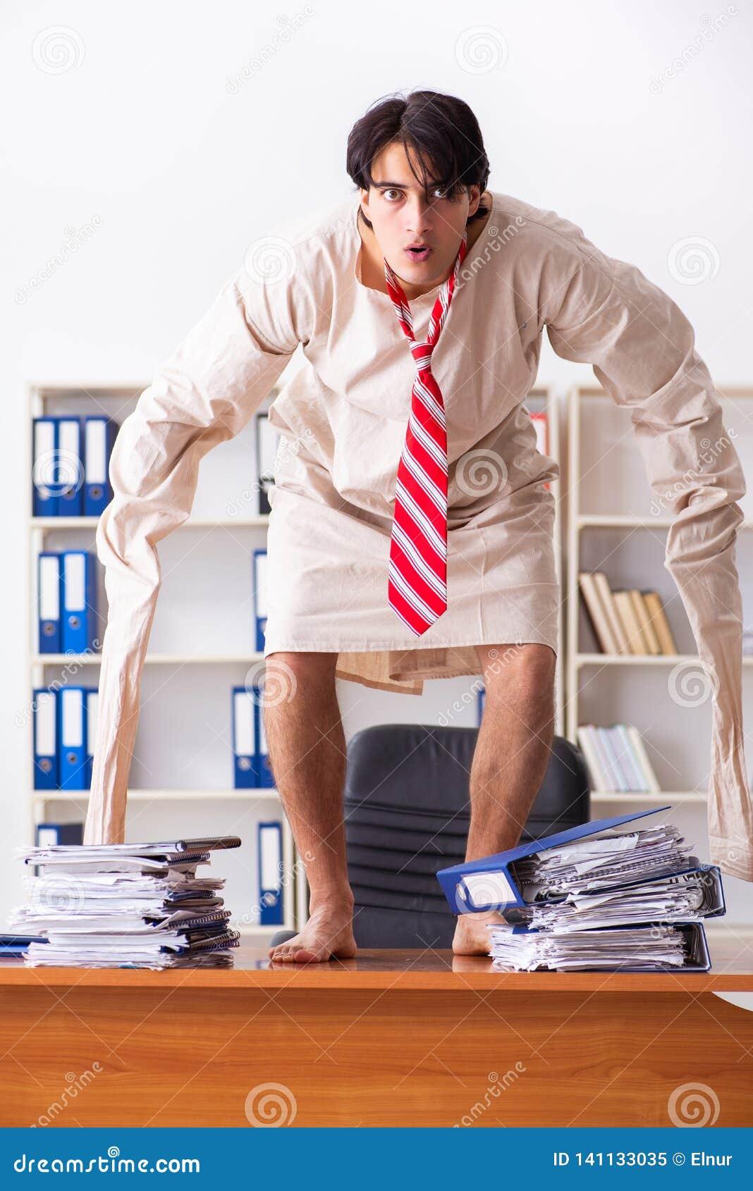 Сумасшедший молодой человек в смирительной рубашке на офисе