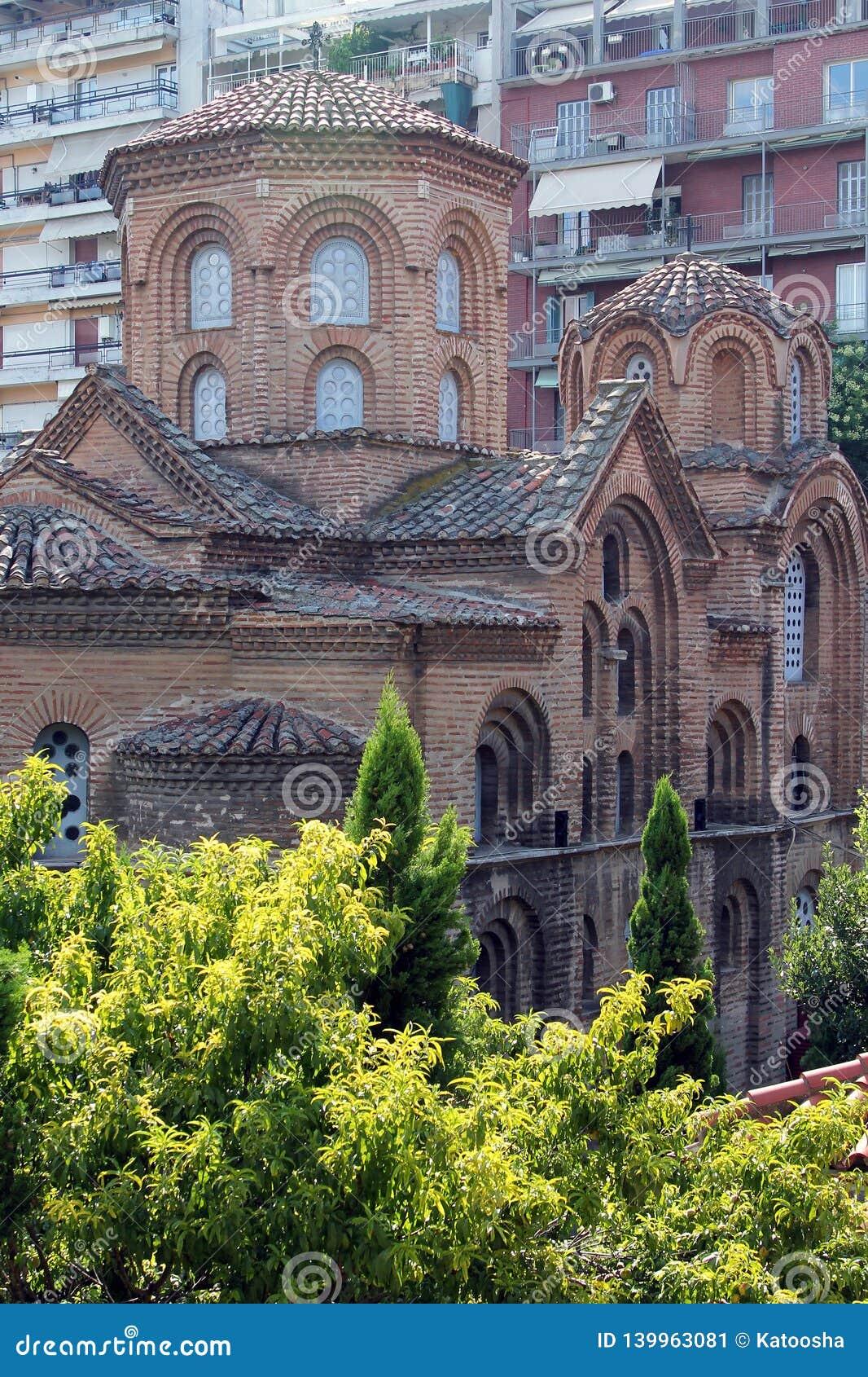 Старая церковь Panagia Chalkeon, XI столетие, на предпосылке современных зданий, Thessaloniki, Греция
