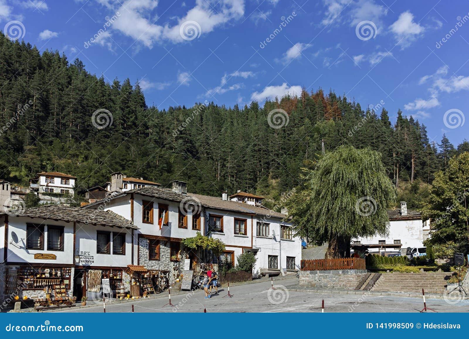 Старые дома и улицы в историческом городке Shiroka Laka, Болгарии