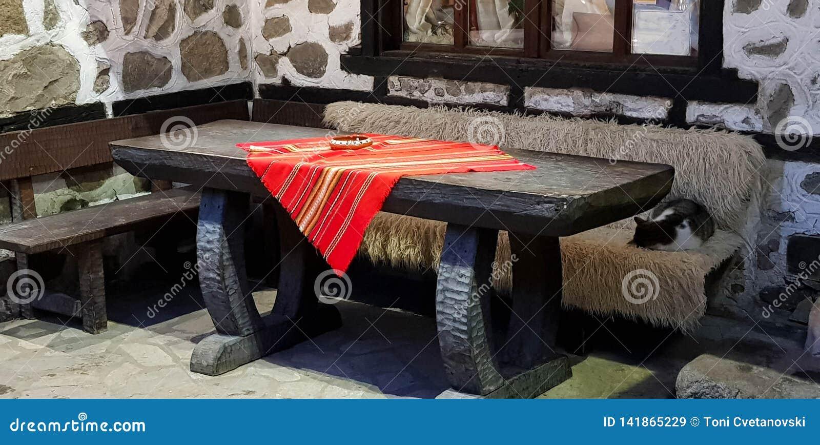 Старые стена и деревянный стол