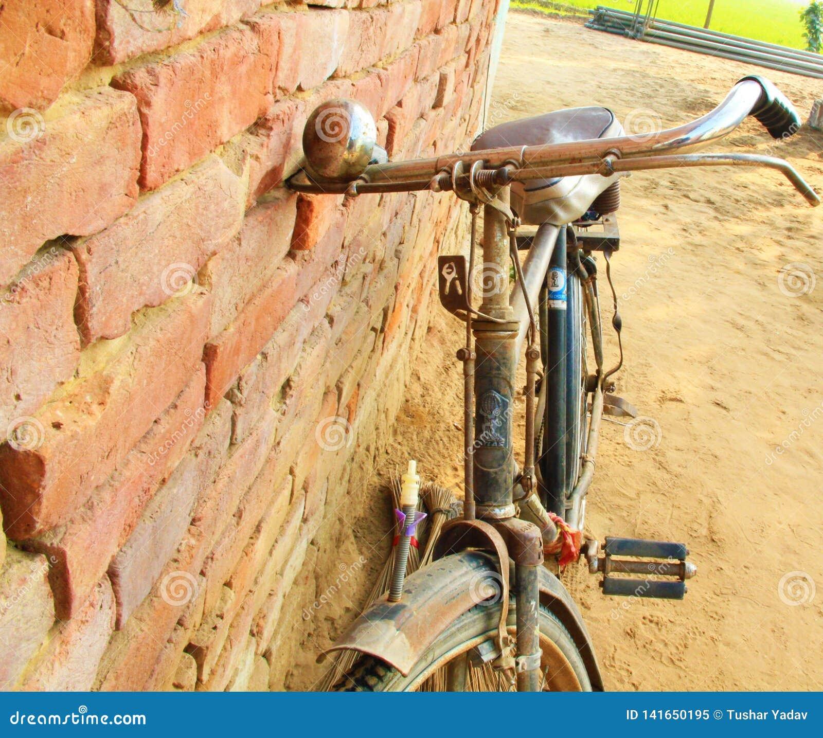 Старый индийский велосипед в улице Индии