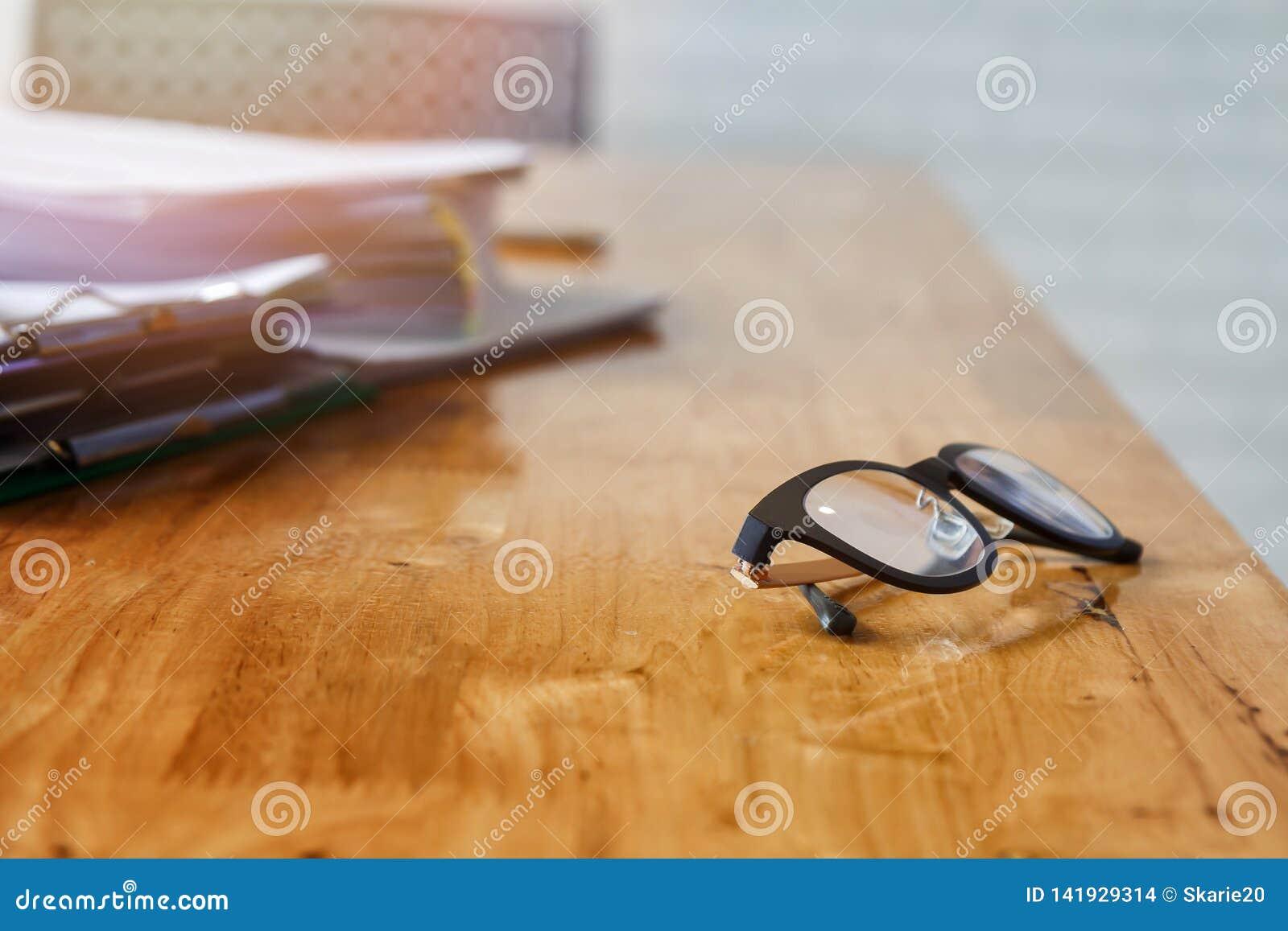 Стекла и документы глаза на столе офиса