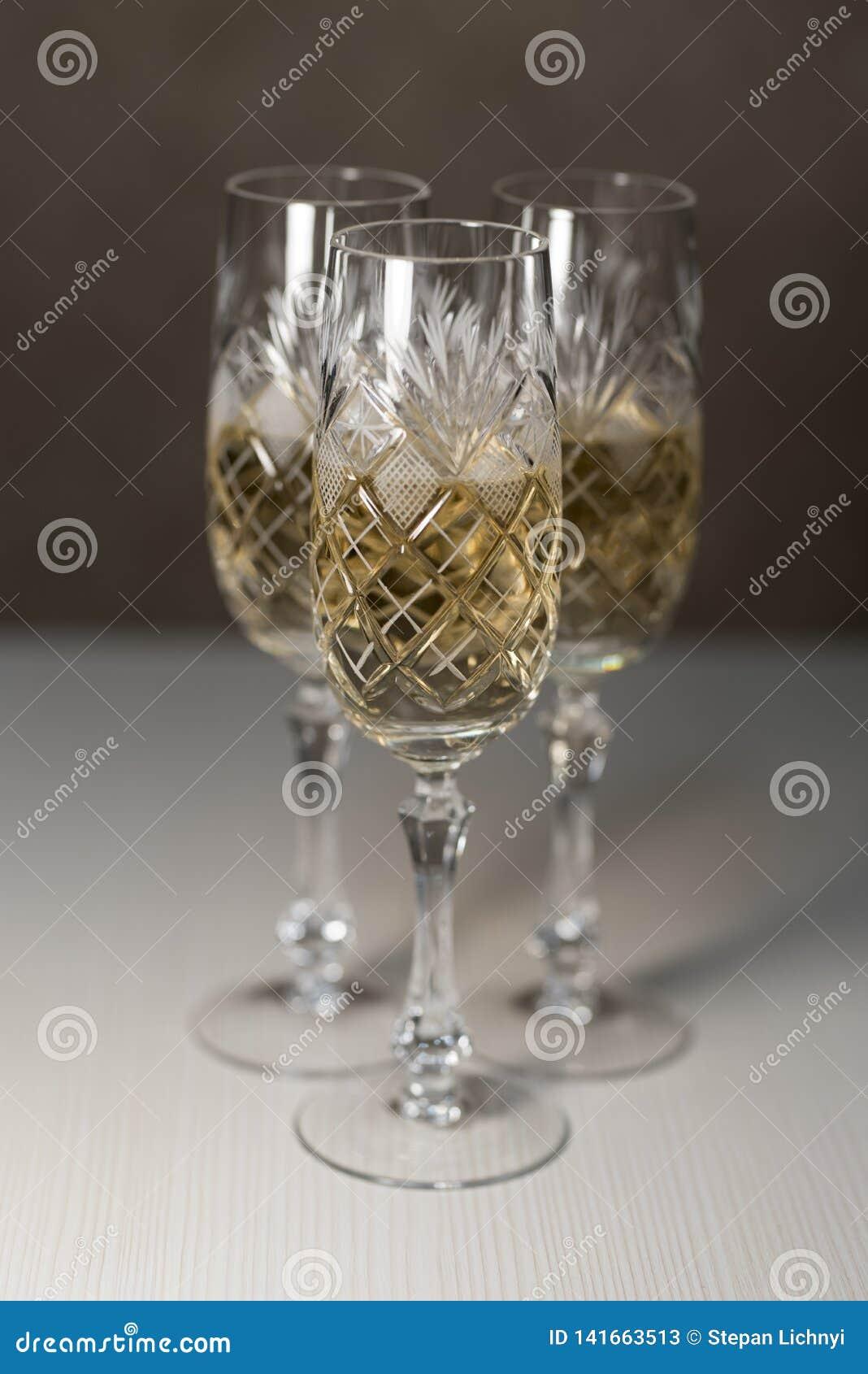 3 стекла Кристл с предпосылкой 2019 Шампань