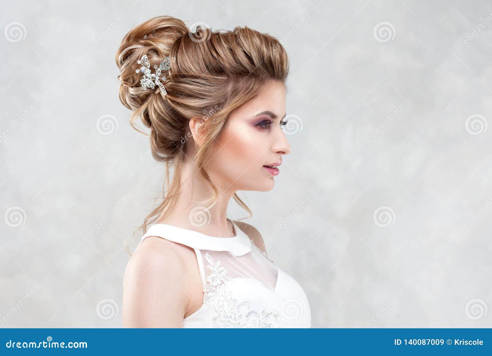 Стиль причесок, стиль и макияж свадьбы для торжества