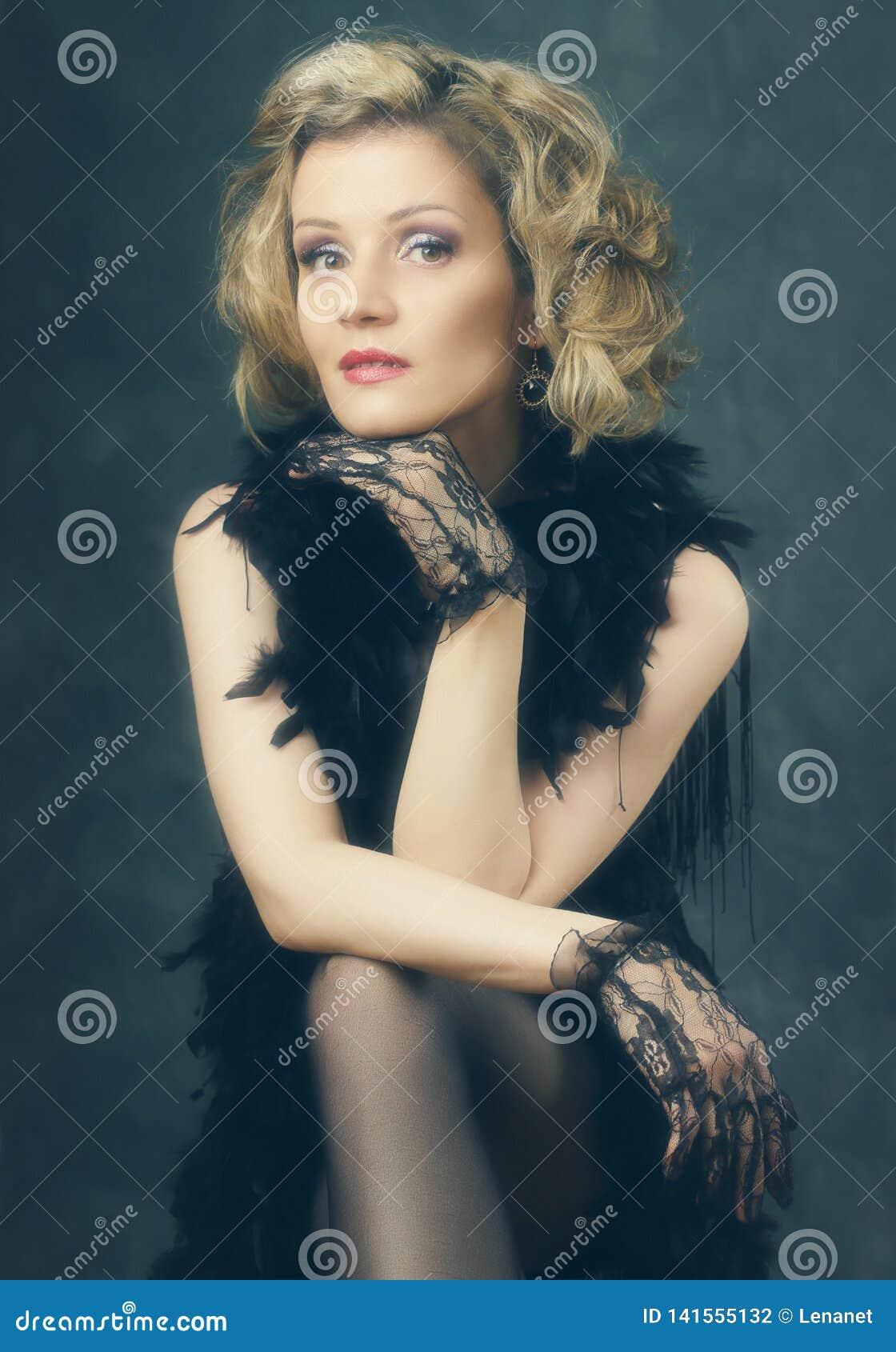 Стиль язычка женщины ретро