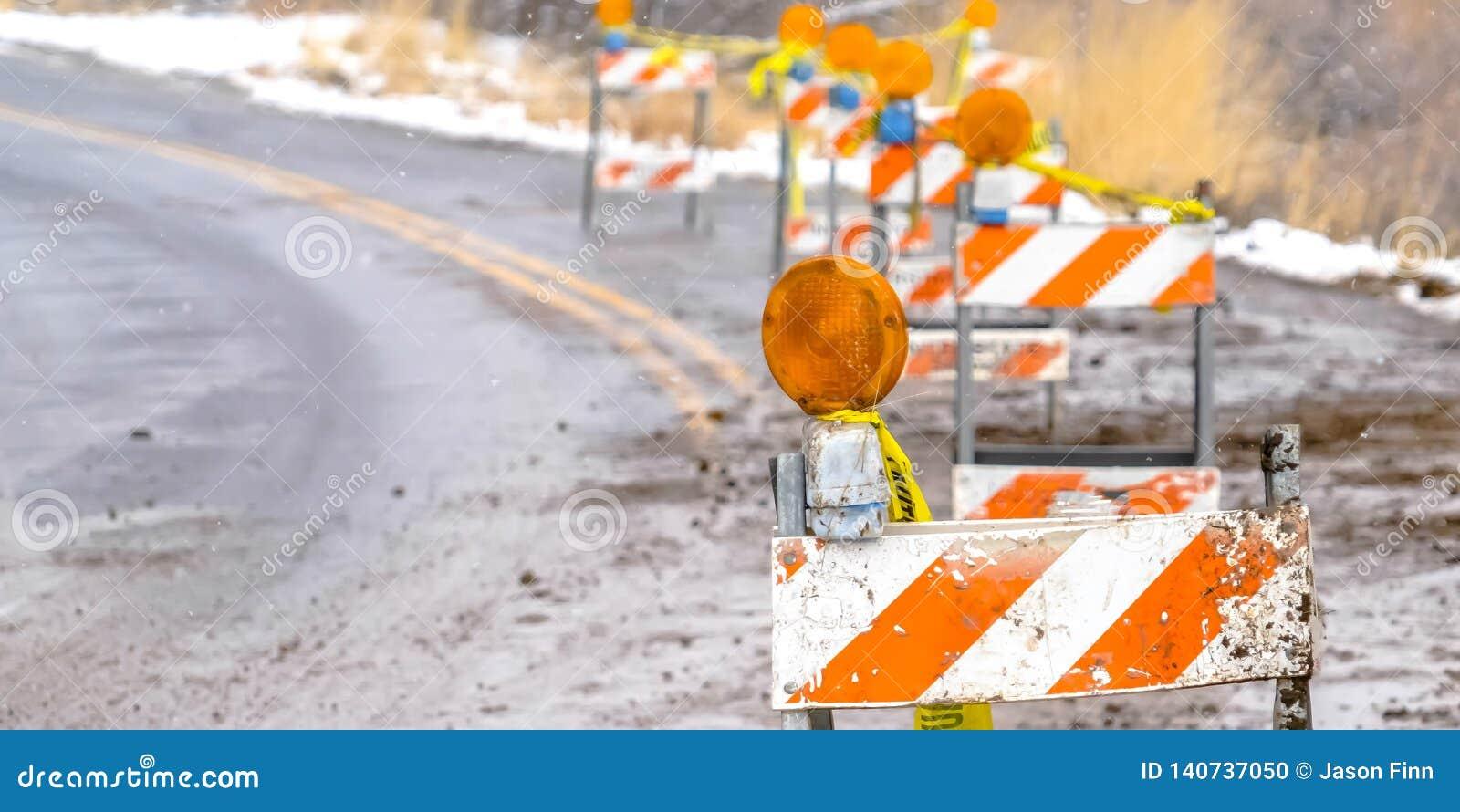 Строка баррикад движения на стороне дороги