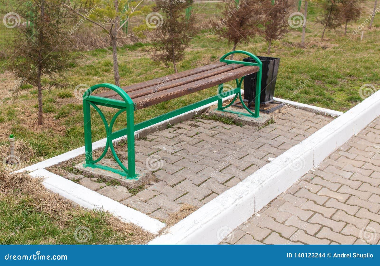 Стойки деревянной скамьи в парке