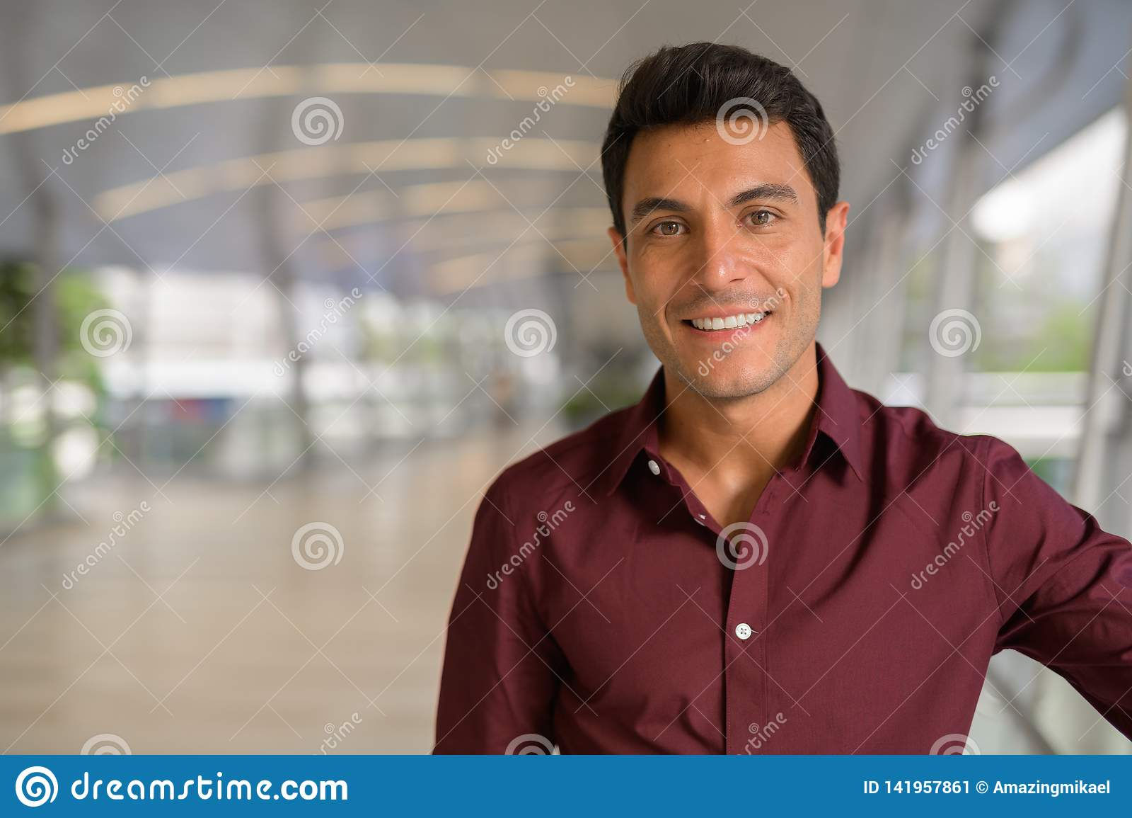 Сторона счастливого испанского бизнесмена усмехаясь на footbridge