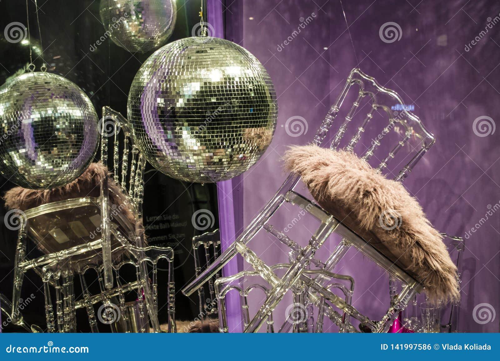 Сфера диско Разбросанные стулья и стекла, бутылки шампанского экспозиция Декоративное шоу-окно Розовые цветы беспорядок