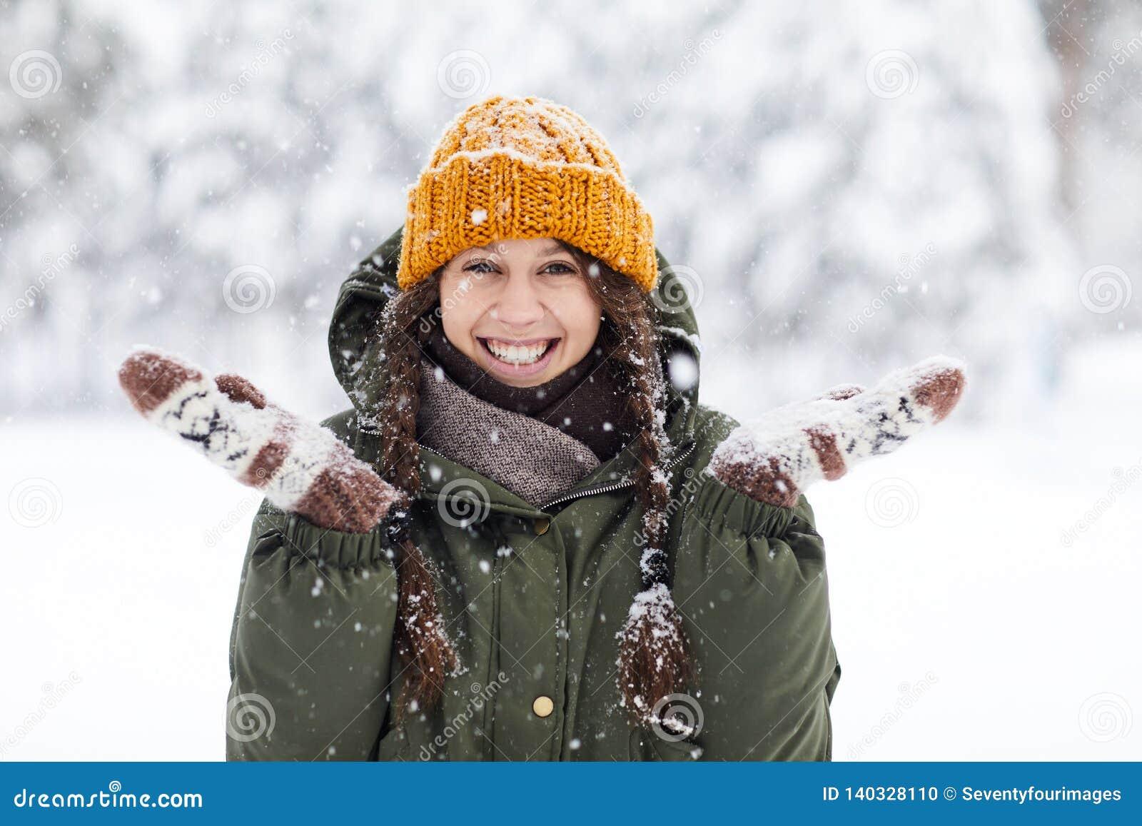 Счастливая молодая женщина в зиме