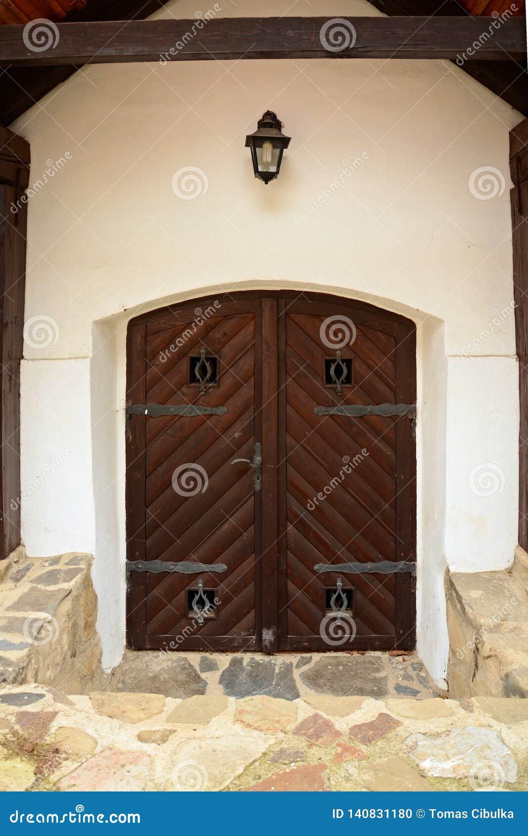 Средневековая дверь замка