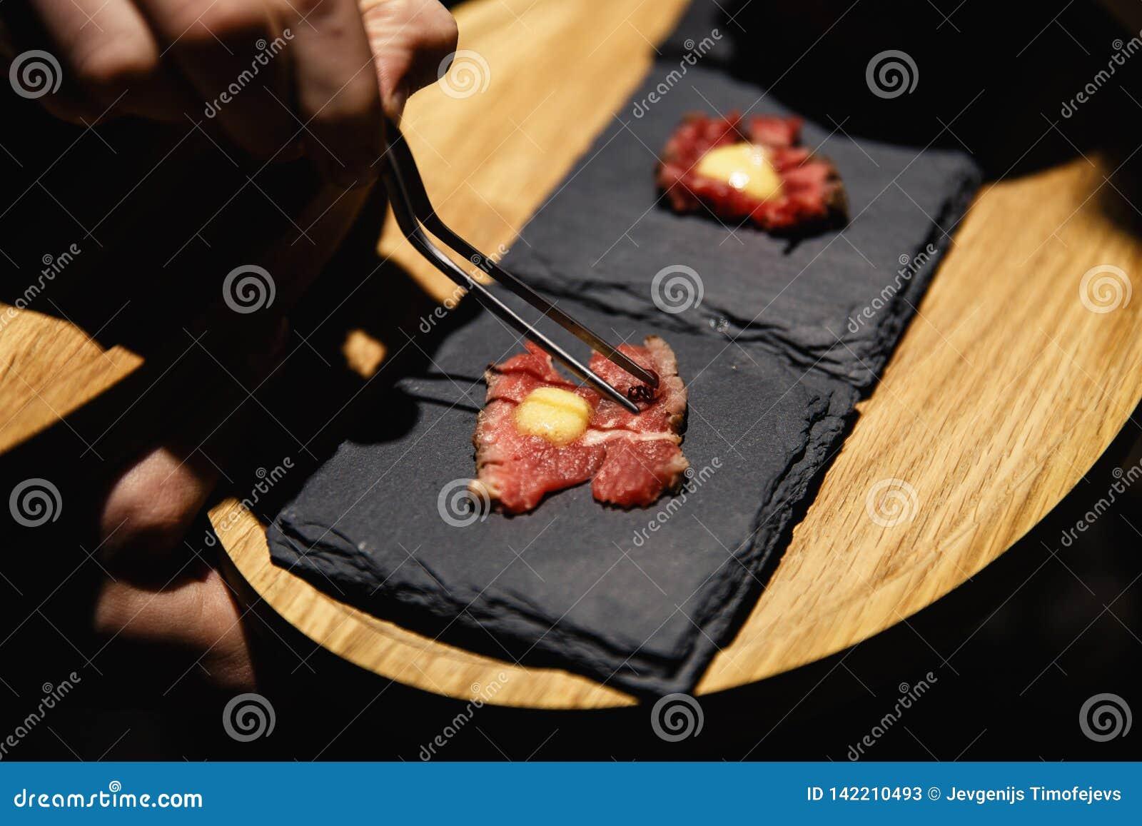 Экзотическая еда degustated на роскошном корпоративном событии обедающего