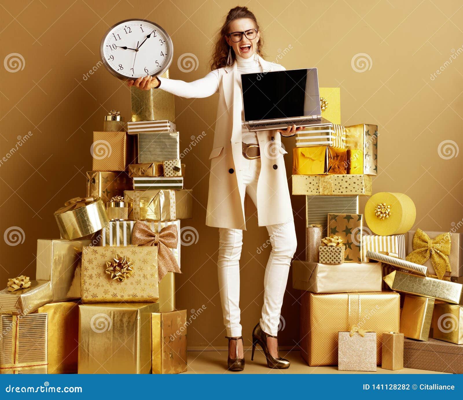 Экран и часы жизнерадостного современного ноутбука показа женщины пустой