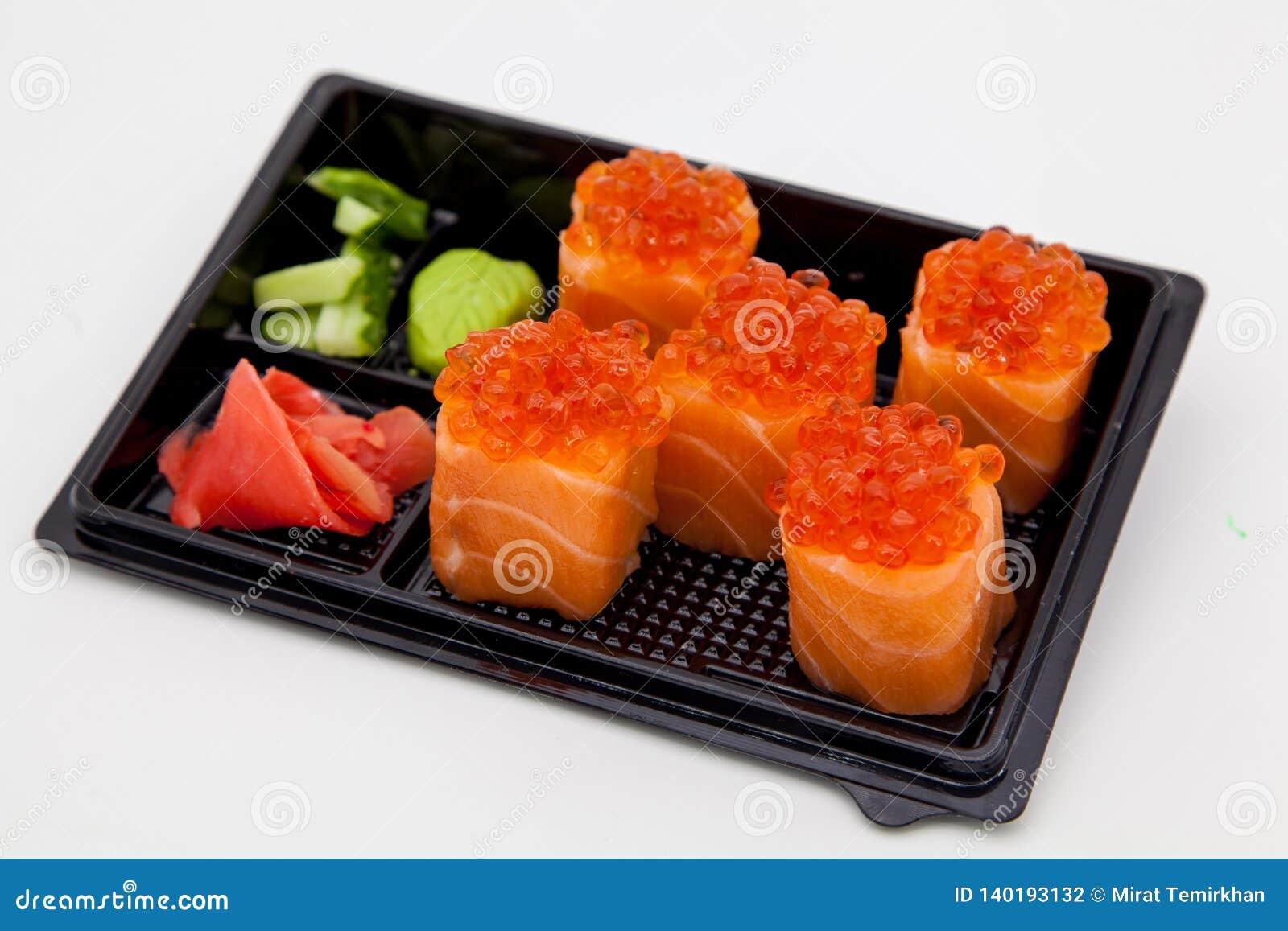 Японская традиционная кухня, готовые крены и суши в пакете, на белой предпосылке