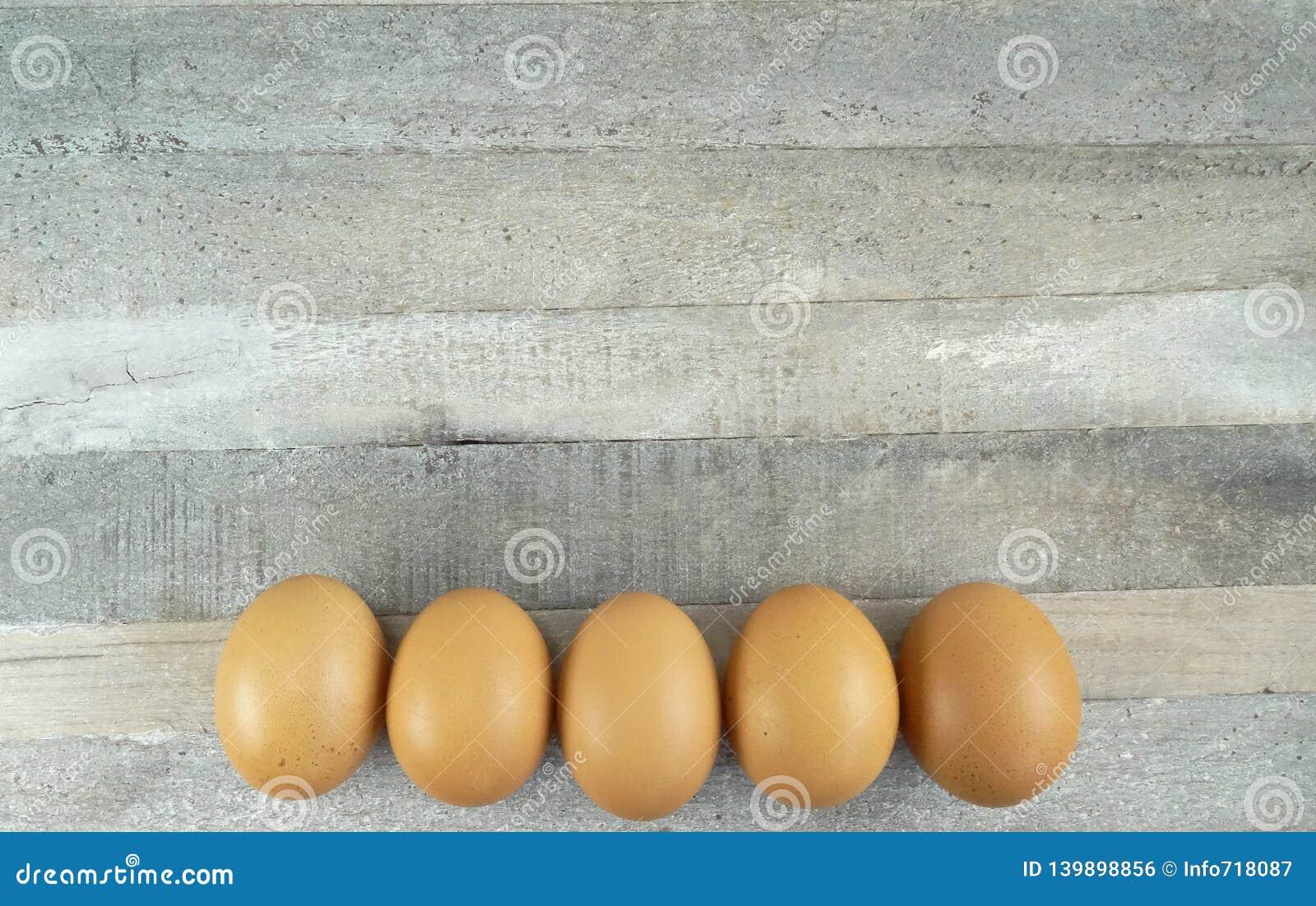 5 яя цыпленка Брауна на деревянной предпосылке
