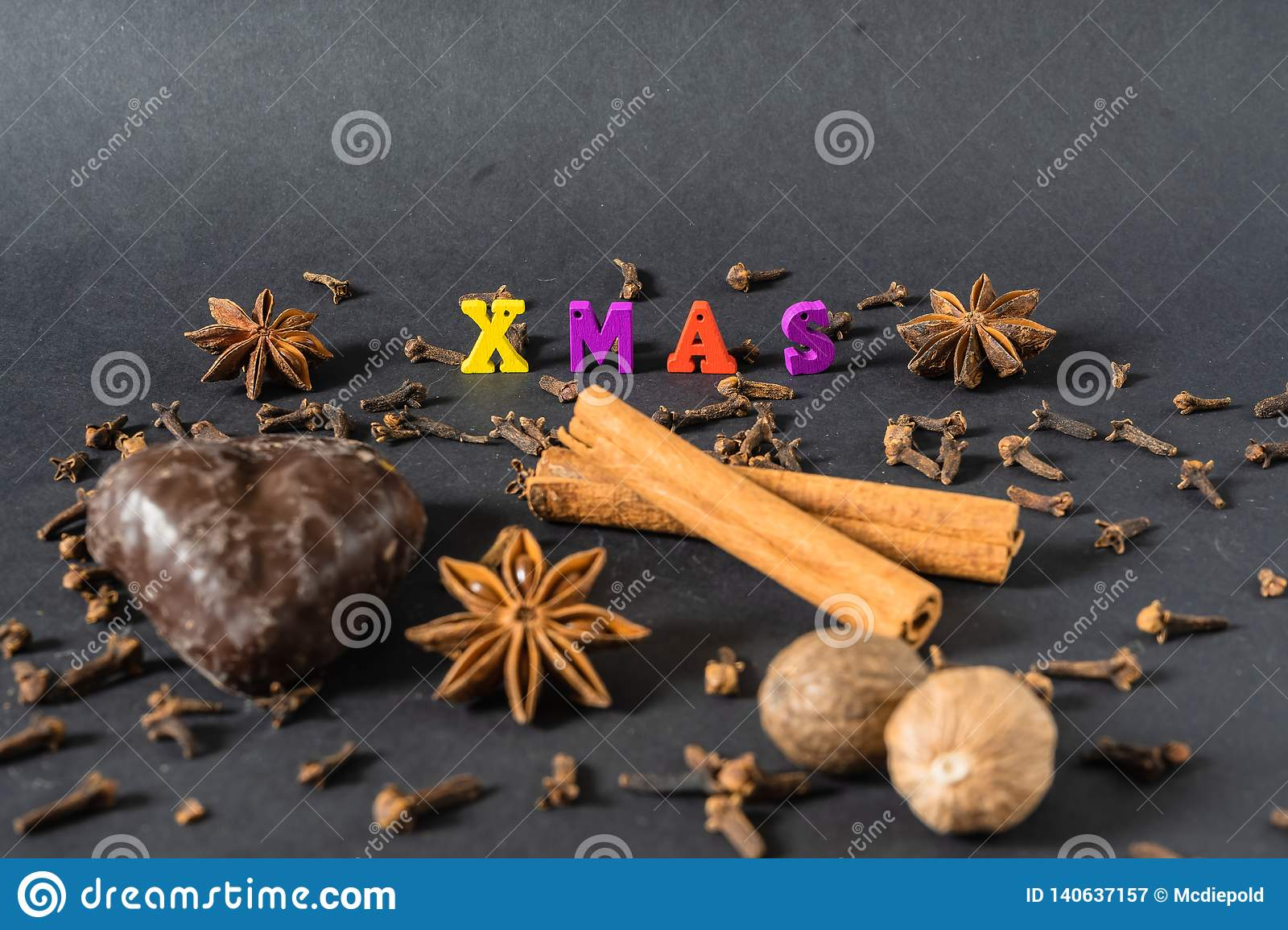Украшение рождества с ручками циннамона пряником и специями